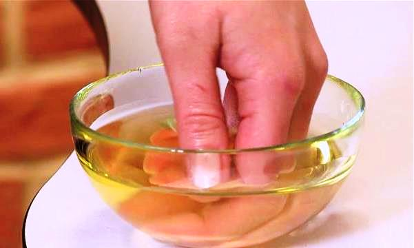 Ванночка для домашнего маникюра с лимонным соком и оливковым маслом
