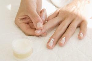 Кутикулу нужно смягчать маслом и кремом для кутикулы и кожи
