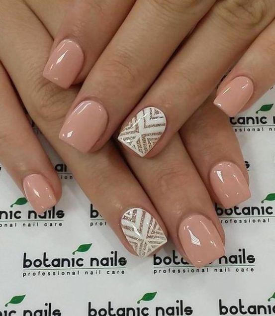 Фото квадратных ногтей с четкими углами бежевых оттенков с покрытием гель-лак