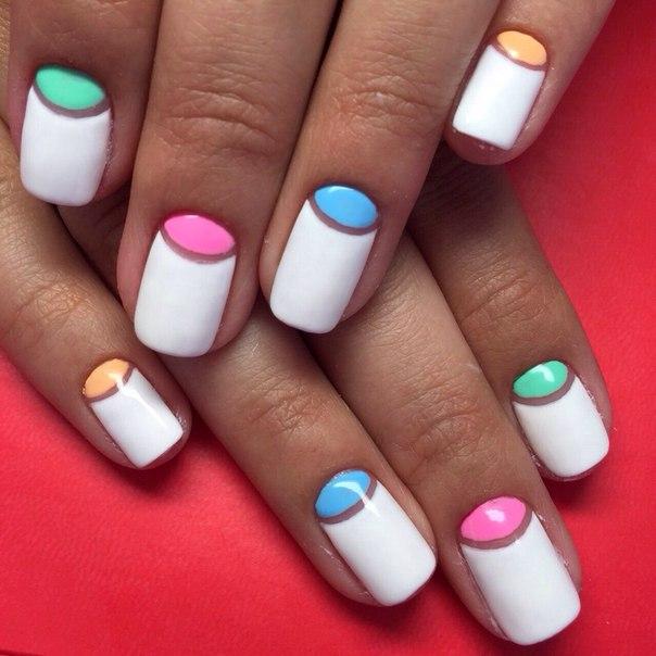 Ногти овально квадратной формы с лунками белого цвета гель-лаковое покрытие фото