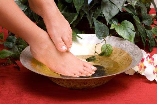 Отмачиваем ножки для мягкости в теплой воде