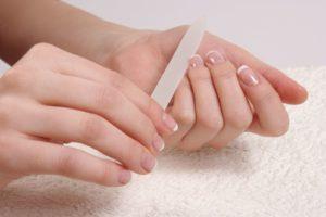 Как нужно держать пилочку для ногтей и пилить ногти