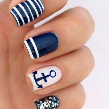 Фото коротких ногтей покрытым гель-лаком морского цвета с якорем фото