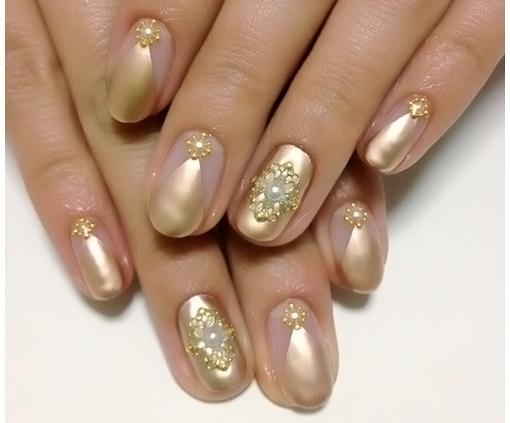 Ногт овальной формы с покрытием золотым гель-лаком