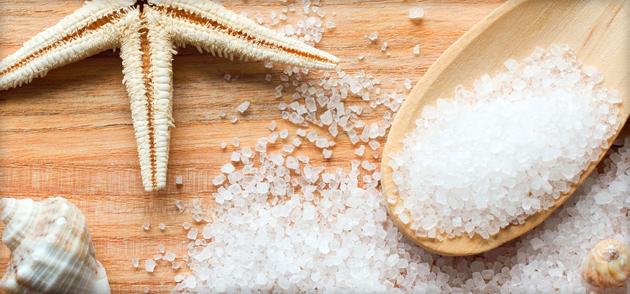 Парим ножки в морской соли, чтобы были мягче