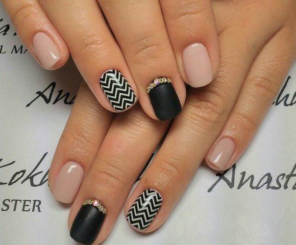 Матовые ногти с геометрическим рисунком черно бежевые