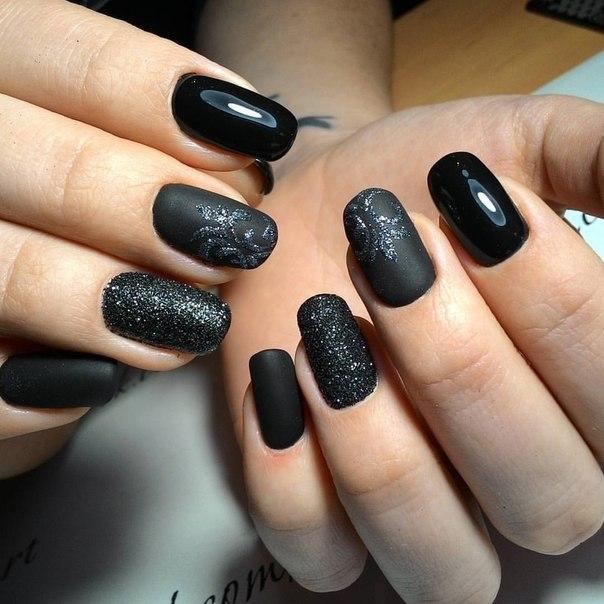 Натуральные короткие матовые ногти с блестками и глянцевым покрытием черного цвета