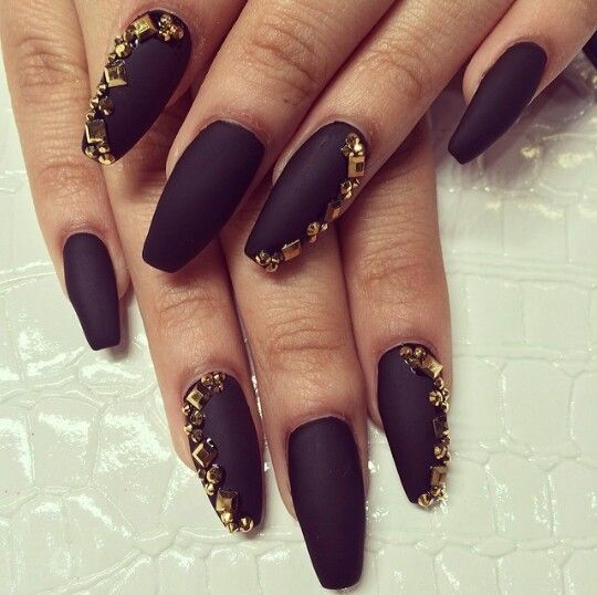 Балерина форма ногтей черного цвета с объемными стразами
