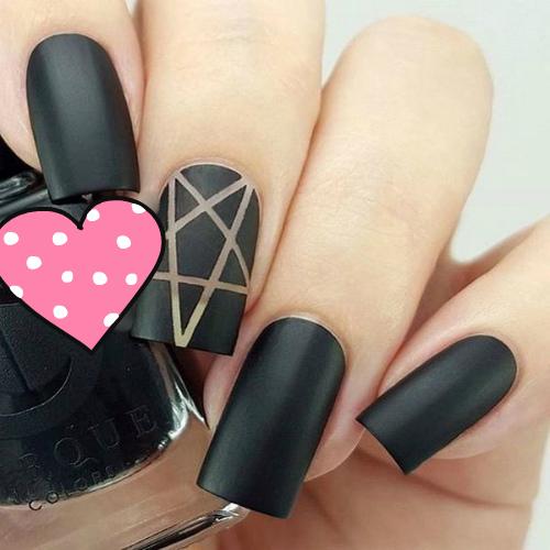 Матовый маникюр черный с пятиконечной звездой на среднем пальце