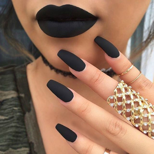 Матовые ногти черного оттенка нарощенные форма балерина с черными губами