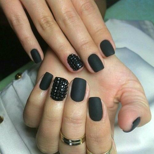 Простое матовое покрытие на ногтях черного цвета с черными стразами