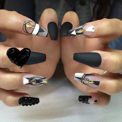 Нарощенные длинные ногти с матовым покрытием черного цвета