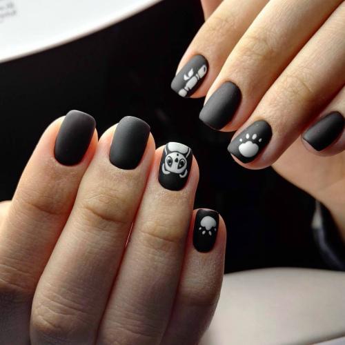 Матовое черного цвета покрытие ногтей с рисунком панды фото