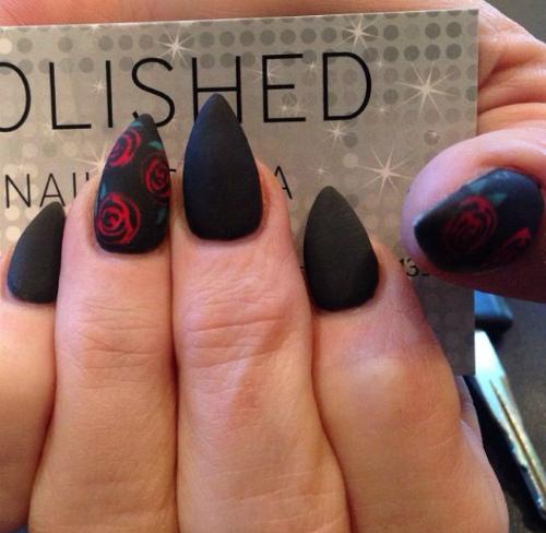 Острые короткие матовые ногти черные с красными розами фото