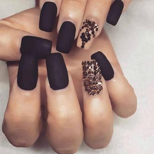 Матовые квадратные черные с кремовым ногти и крупными стразами фото