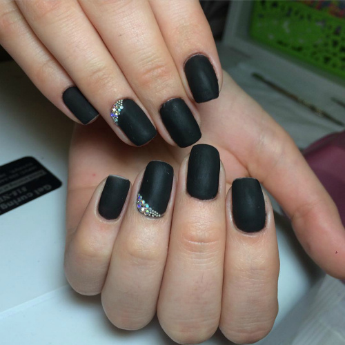 Однотонный матовый дизайн ногтей со стразами по кутикуле