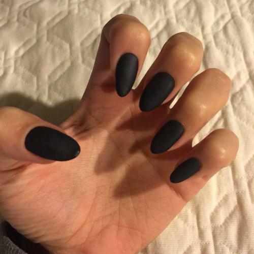Матовые черные ногти острые фото