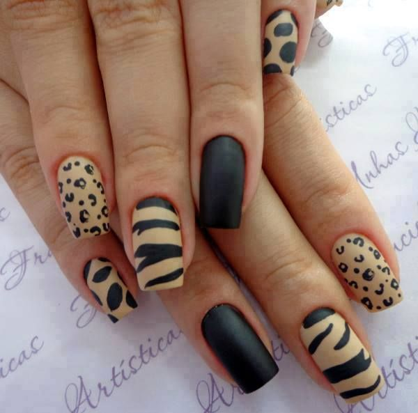 Нарощенные матовые ногти с оригинальным рисунком