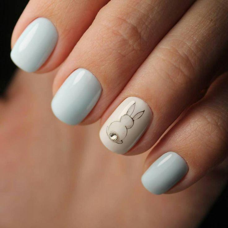 Гель лак на короткий квадрат нежно голубого цвета фото с зайчиком
