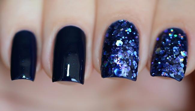 Синий глиттерный гель на ногтях фото