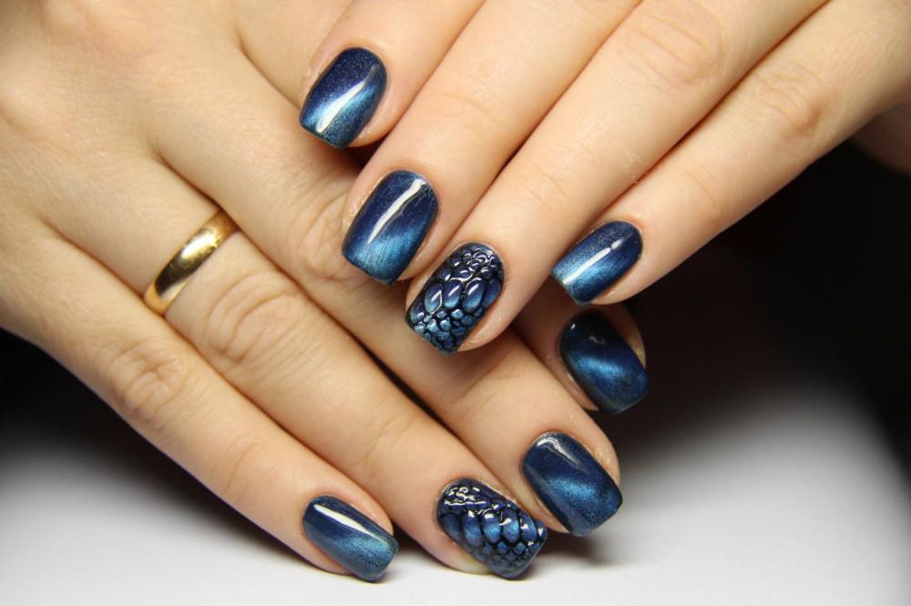 Магнитный маникюр синего цвета фото