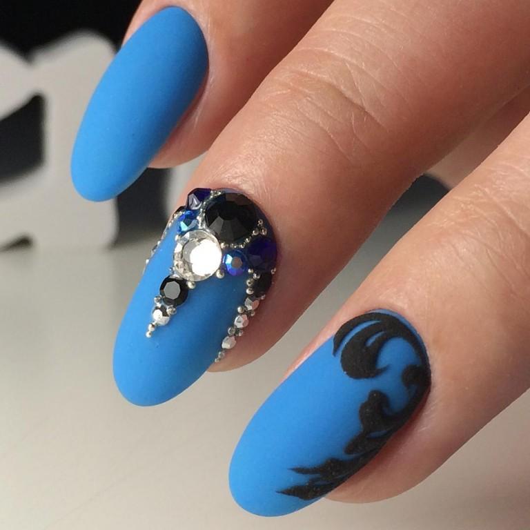 Бархатные ногти синие со стразами фото