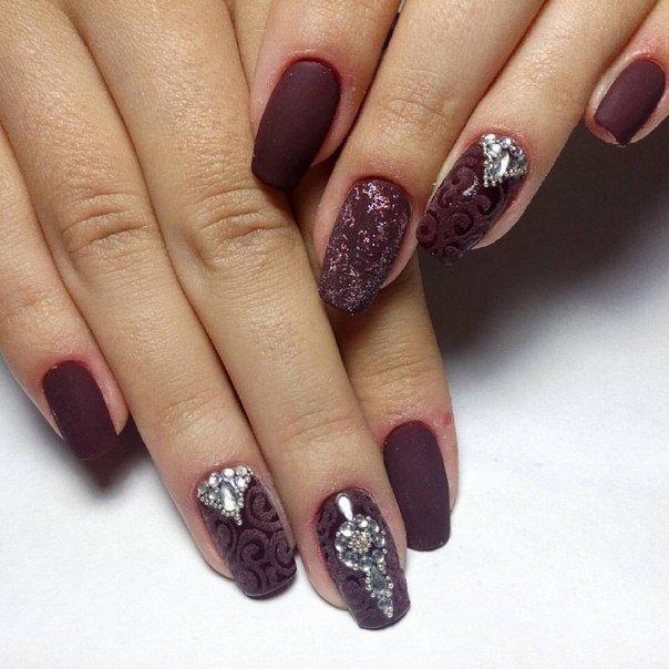 Матовые винные ногти со стразами фото