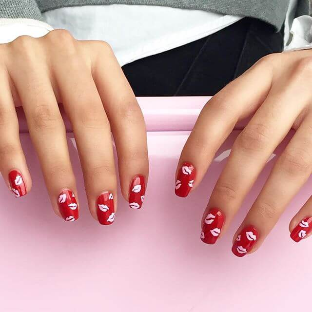 Красный лак с милым дизайном