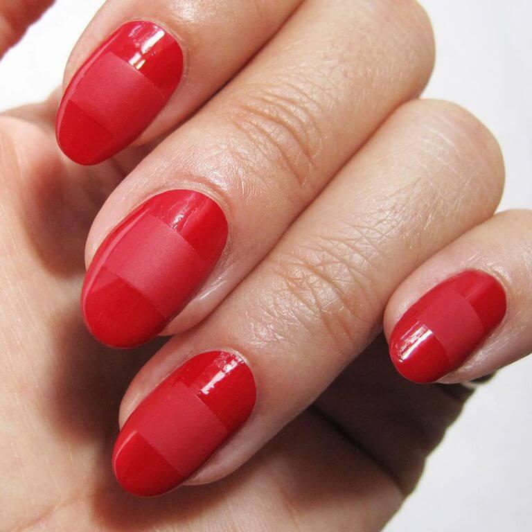 красные ногти с маленькими полосками