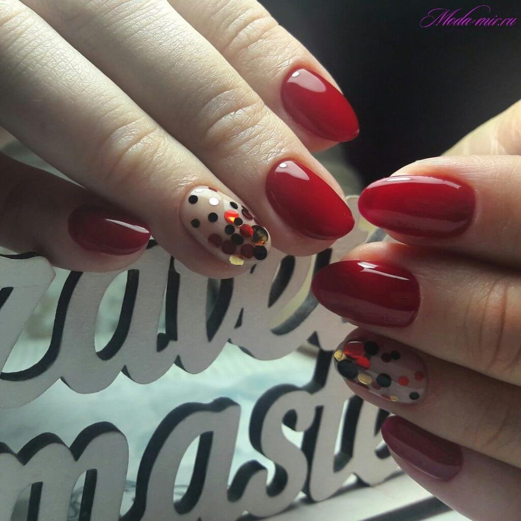 Конфетти и красные ногти