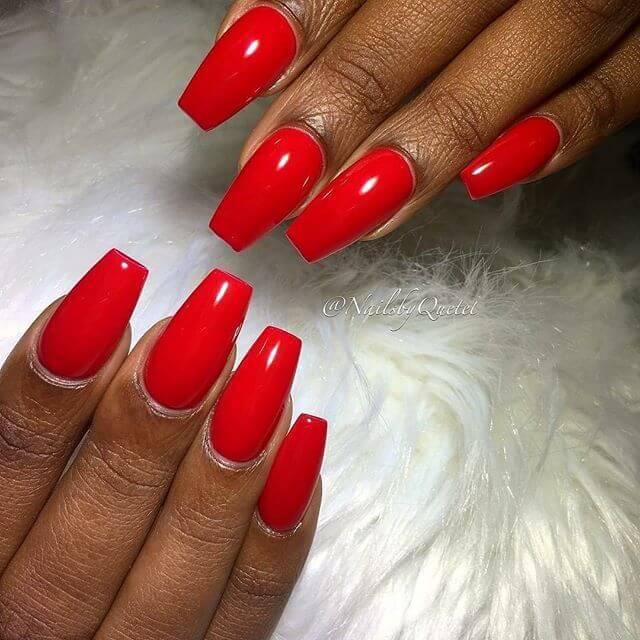 красные ногти средней длинны